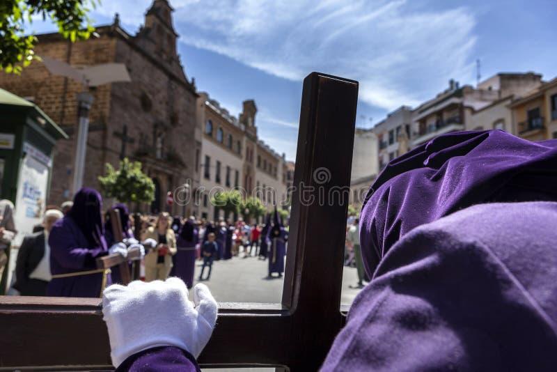Reuevolles Beten auf seinem Kreuz vor Kirche stockbild