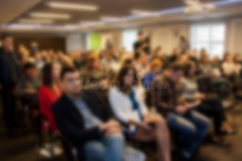 Reunião borrada do seminário do negócio na sala de conferências Povos Defocused fotografia de stock