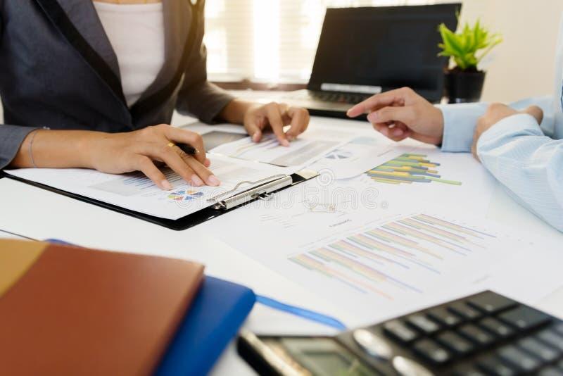 Reunião da equipe do negócio que consulta o projeto imagens de stock royalty free