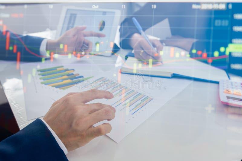 Reunião da equipe do negócio que consulta o projeto Negócio e finança do conceito imagens de stock royalty free