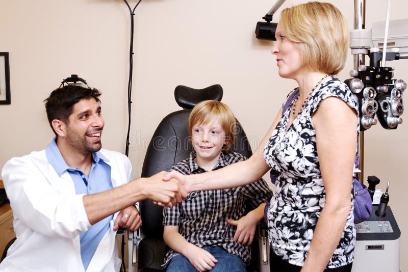 Reunião da mamã e do optometrista imagem de stock royalty free