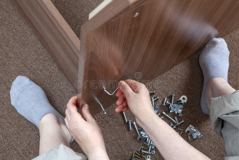 Reunião da mobília do marceneiro em casa que usa a chave de Allen, w sextavado fotos de stock royalty free