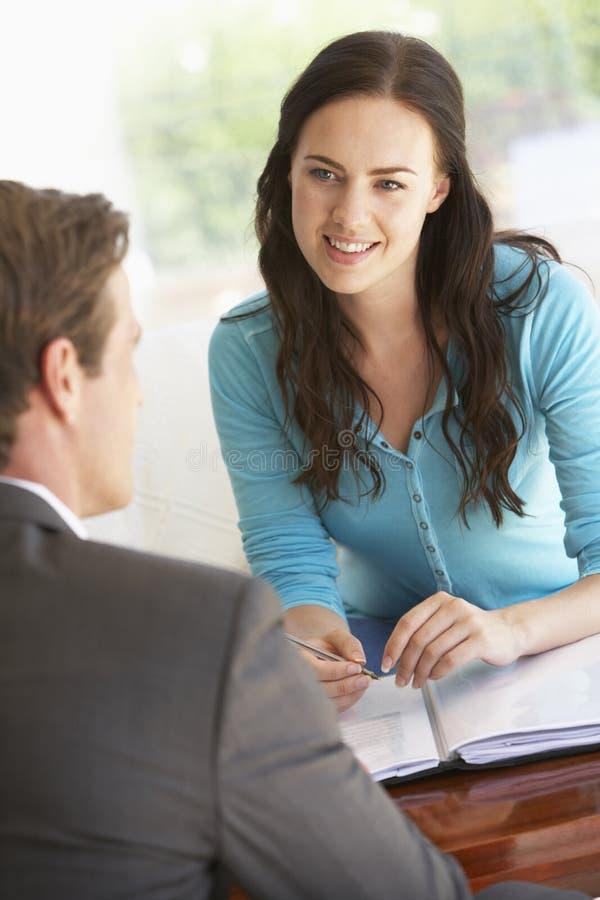 Reunião da mulher com conselheiro financeiro em casa imagem de stock