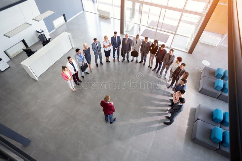 Reunião da posse do homem de negócios com empregados imagens de stock
