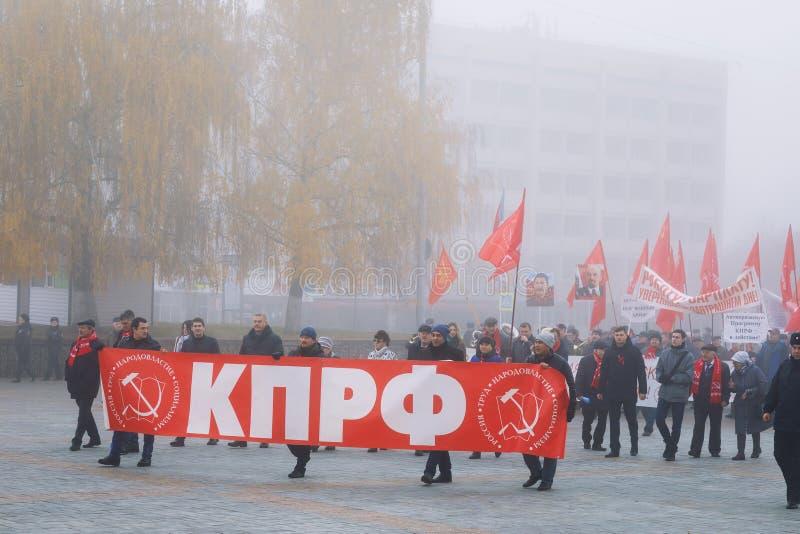Reunião da procissão em honra do 101st aniversário da grande revolução socialista de outubro foto de stock