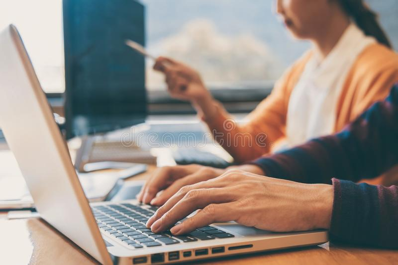 Reunião de cooperação profissional do programador de desenvolvimento e Web site conceituando e de programação que trabalham em um foto de stock