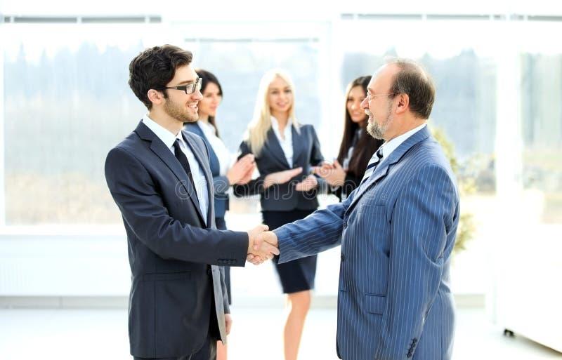 Imagens De Cumprimento: Reunião De Dois Sócios Comerciais Na Apresentação