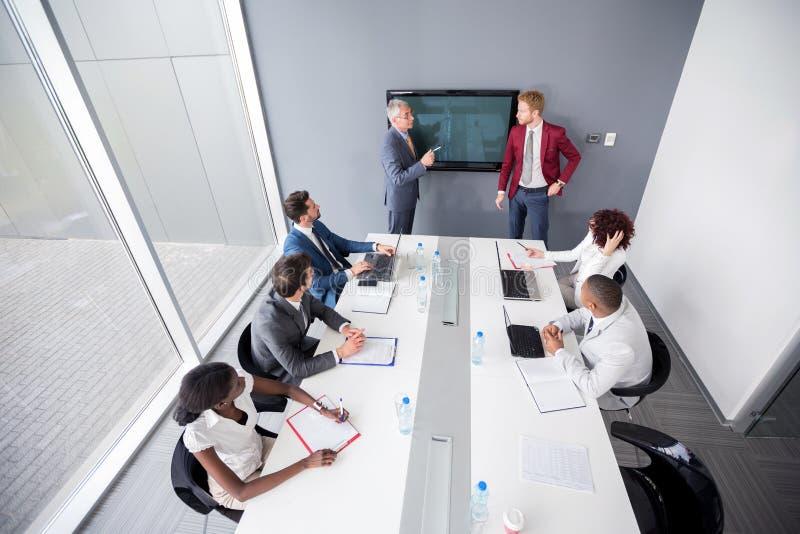 Reunião de empresa multi-étnico com empregados foto de stock