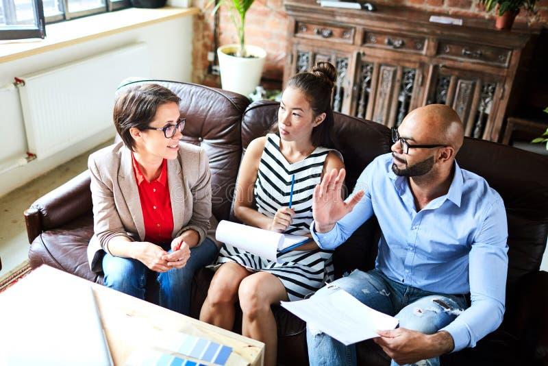 Reunião de funcionamento de gerentes experientes imagens de stock
