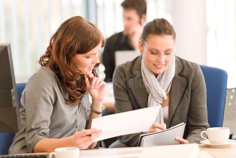 Reunião de negócio - grupo de pessoas no escritório foto de stock royalty free
