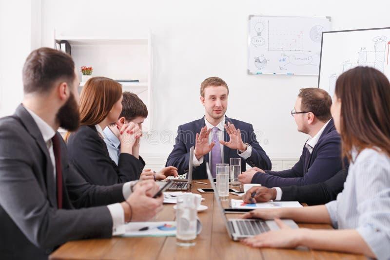 Reunião de negócio O chefe fala aos empregados Acordo, planeando fotografia de stock royalty free