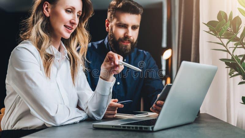 Reunião de negócio teamwork Mulher de negócios e homem de negócios que sentam-se na tabela na frente do portátil e do trabalho fotos de stock