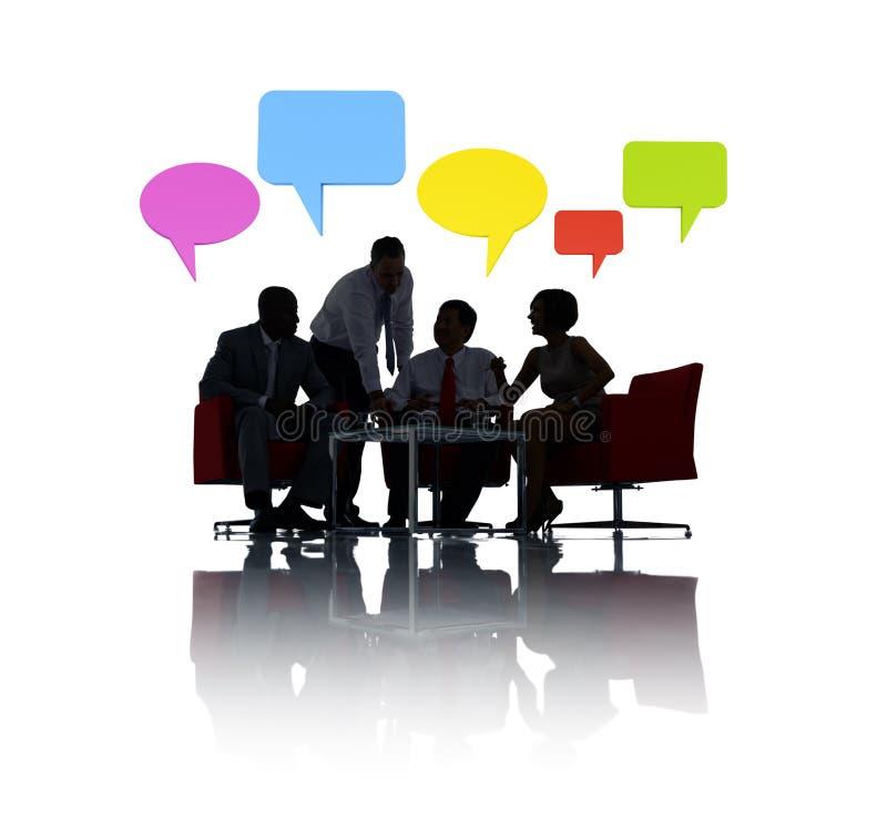 Reunião de negócios com bolha colorida do discurso fotografia de stock royalty free