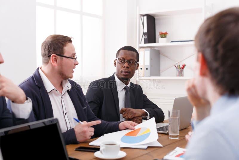 Reunião de negócios da equipe bem sucedida nova Exame de dados novos Vida do escritório foto de stock