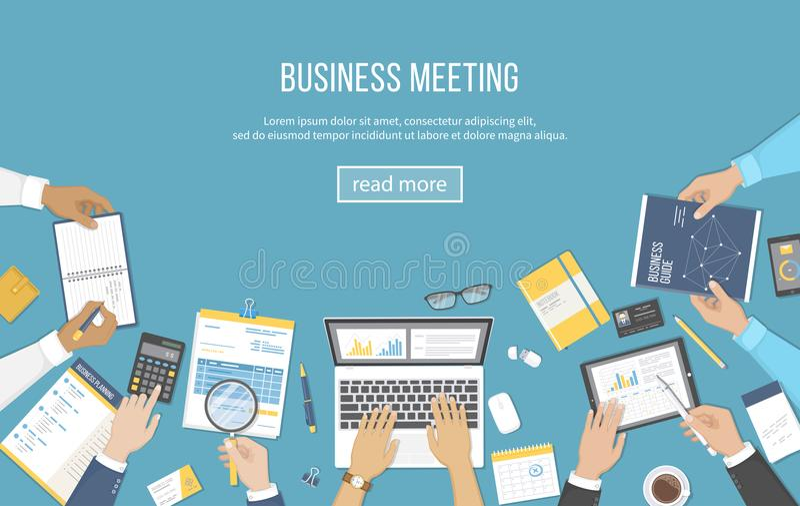 Reunião de negócios e sessão de reflexão Conceito dos trabalhos de equipa do escritório com os povos em torno da tabela Análise,  ilustração stock