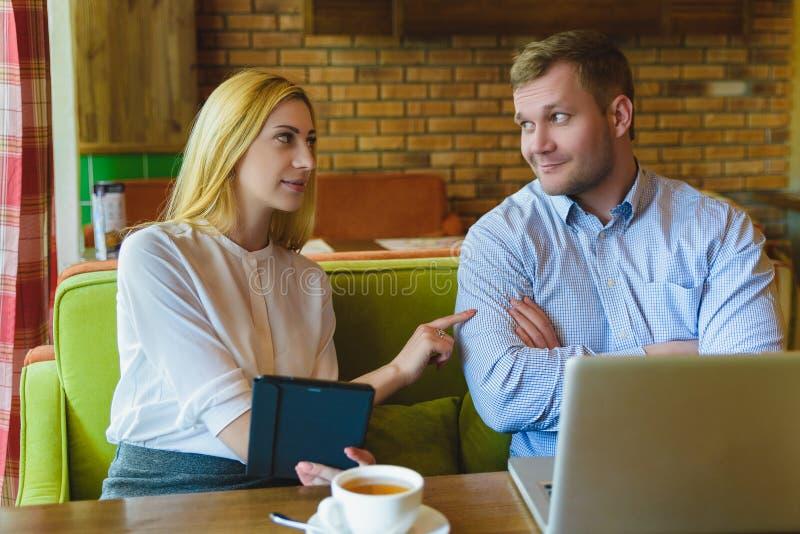 Reunião de negócios em um café O homem e a mulher estão negociando foto de stock