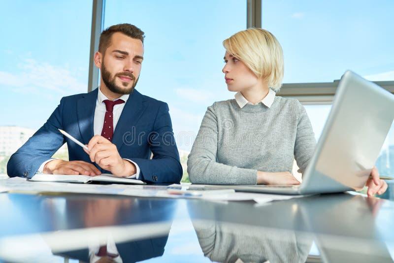 Reunião de negócios de empresários novos imagens de stock