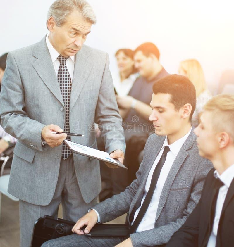 Reunião de negócios - gerente que discute o trabalho com seus colegas foto de stock
