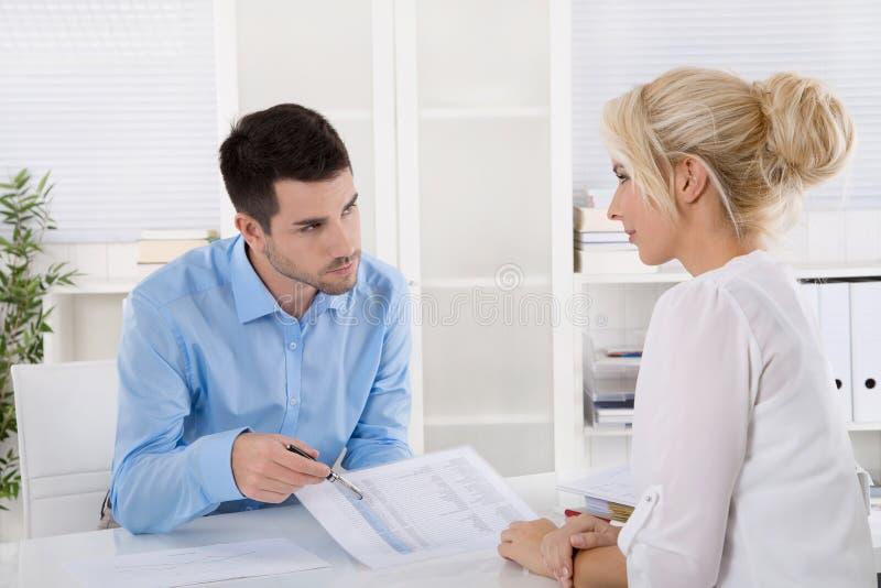 Reunião de negócios profissional: cliente e advicer que analisam o fi imagem de stock