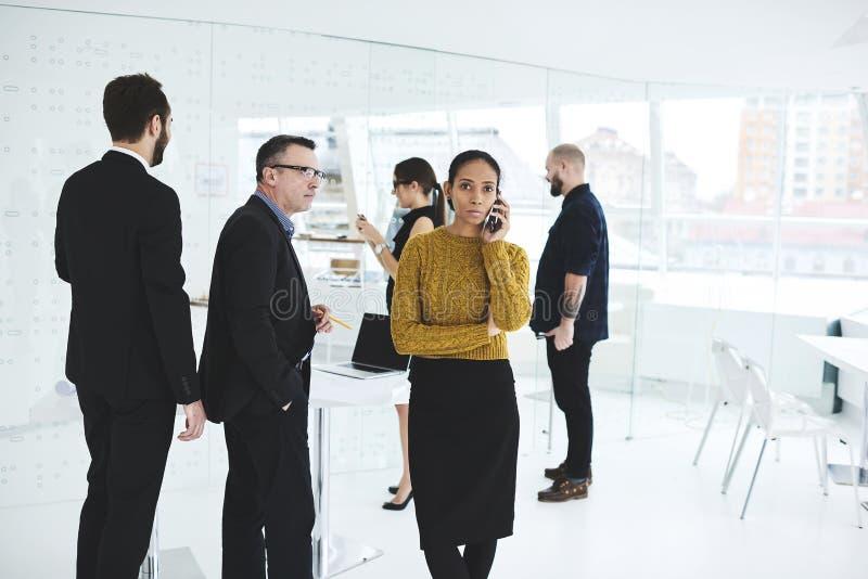 Reunião de negócios quando chamada administrativa para terminar arranjos imagem de stock royalty free