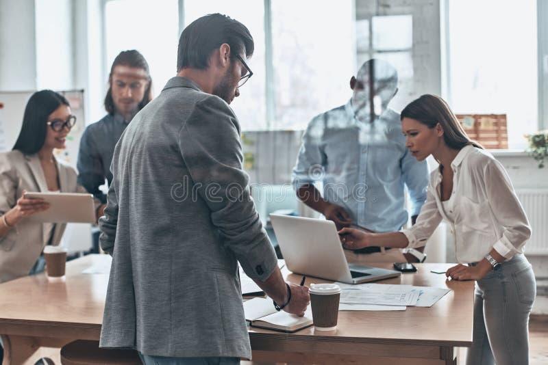 Reunião diária Grupo de povos modernos novos que trabalham e communic fotografia de stock royalty free