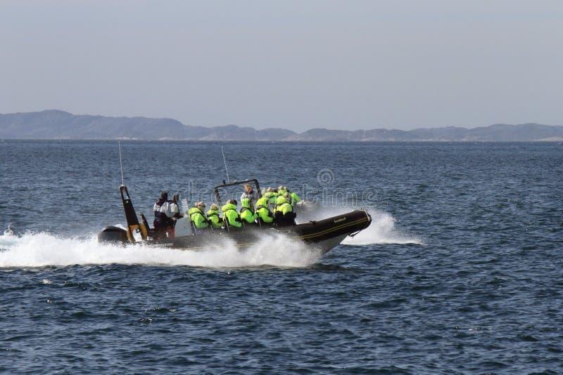 Reunião do barco do reforço na frente das ilhas de Lofoten fotografia de stock royalty free