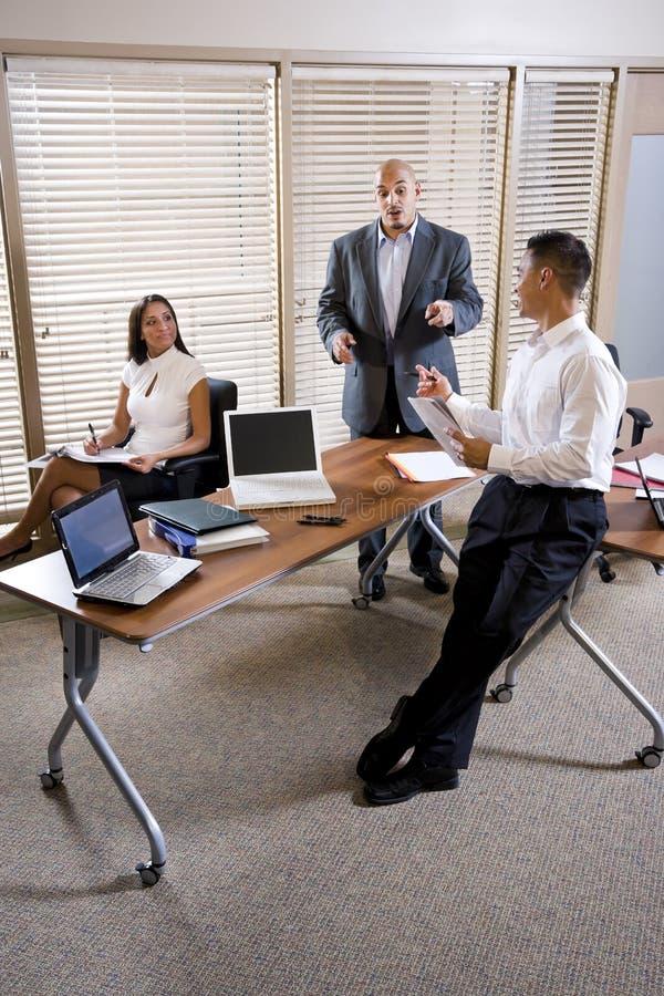Reunião do gerente com os trabalhadores de escritório, dirigindo fotos de stock royalty free
