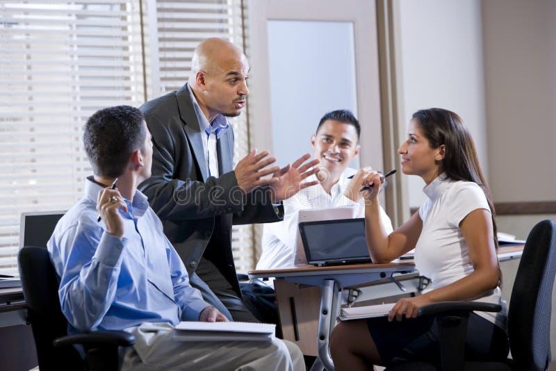 Reunião do gerente com os trabalhadores de escritório, dirigindo imagens de stock royalty free