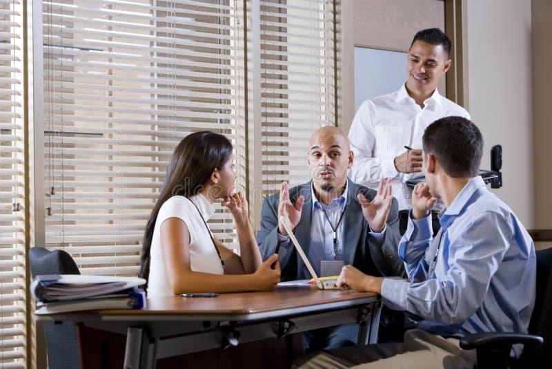 Reunião do gerente com os trabalhadores de escritório, dirigindo foto de stock royalty free