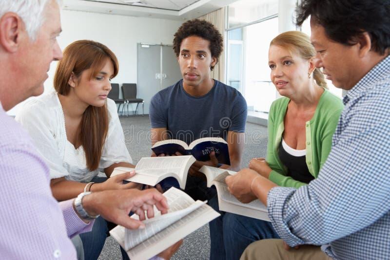 Reunião do grupo de estudo da Bíblia foto de stock