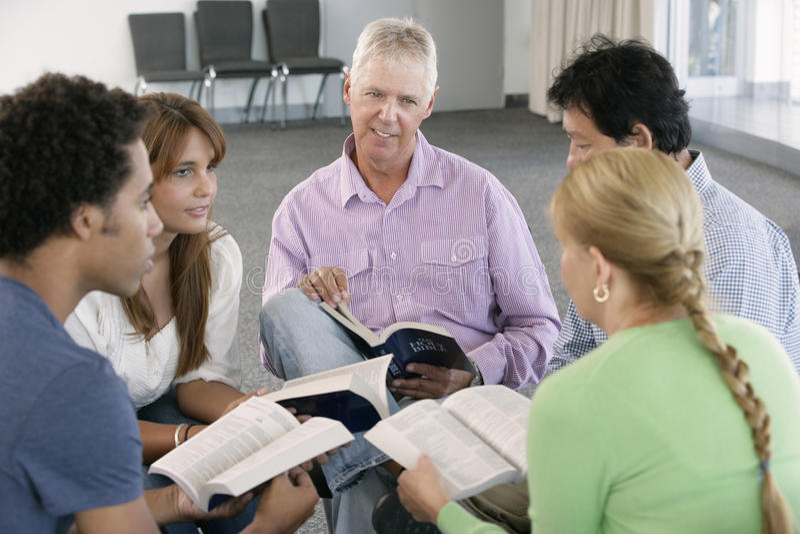 Reunião do grupo de estudo da Bíblia imagem de stock royalty free