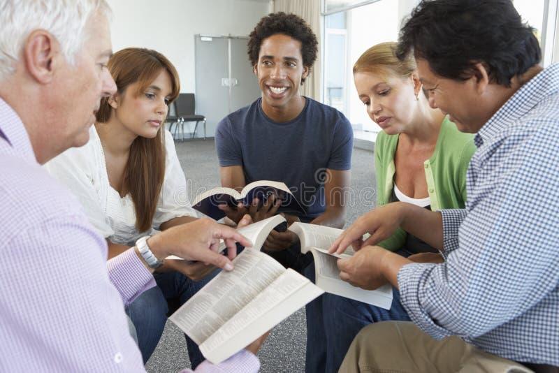 Reunião do grupo de estudo da Bíblia fotos de stock royalty free