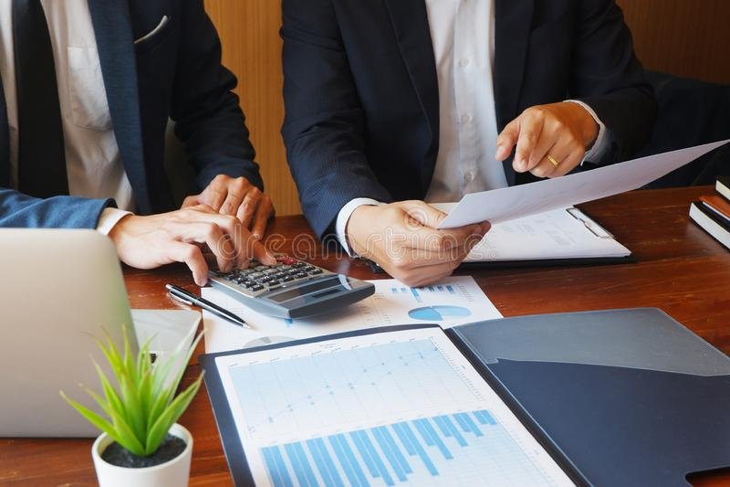 A reunião do homem de negócios da consultoria empresarial que conceitua o projeto do relatório analisa imagem de stock royalty free