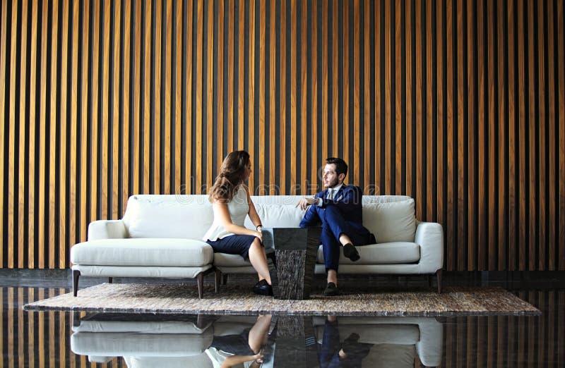 Reunião do homem de negócios e da mulher de negócios no escritório moderno imagens de stock royalty free