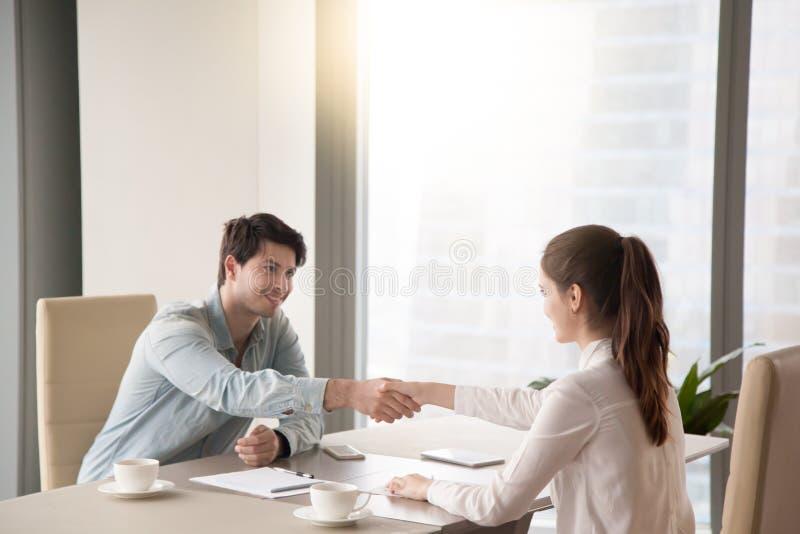 Reunião do homem de negócios e da mulher de negócios que agitam as mãos no de fotos de stock royalty free
