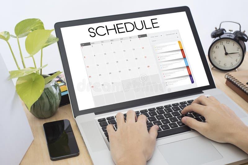 Reunião do planejador do calendário da lista de mão do negócio sobre o teclado de computador imagens de stock
