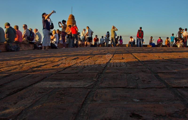 Reuni?o do por do sol na parte superior de um templo budista fotos de stock
