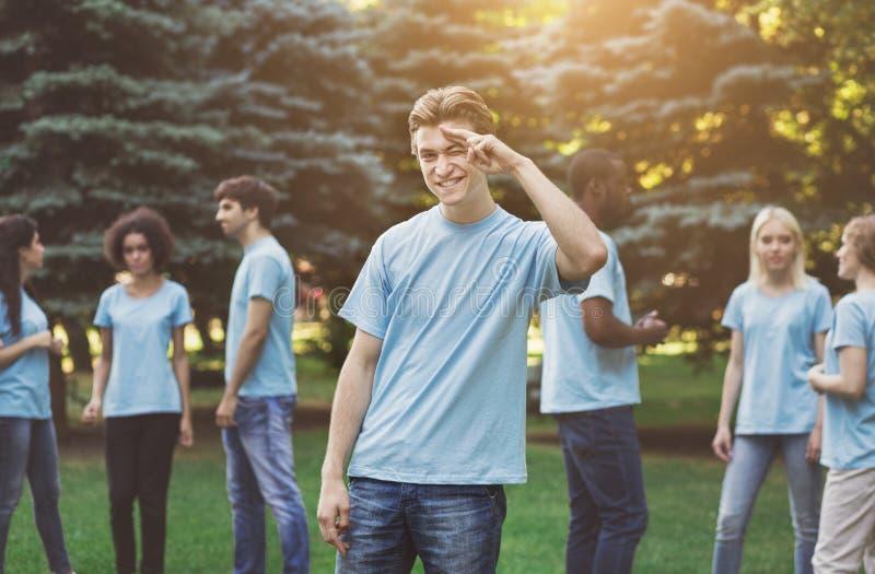 A reunião dos jovens oferece a equipe no parque imagem de stock royalty free