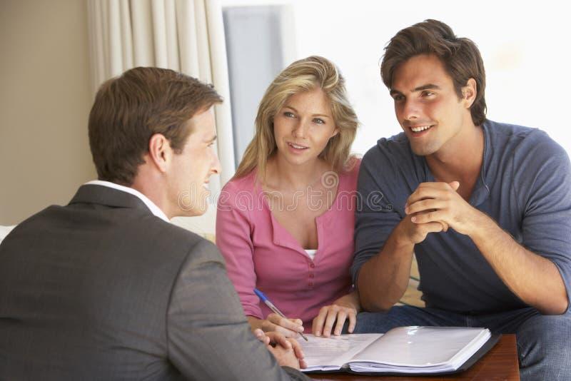 Reunião dos pares com conselheiro financeiro em casa fotos de stock