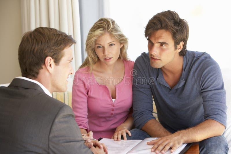 Reunião dos pares com conselheiro financeiro em casa fotografia de stock royalty free