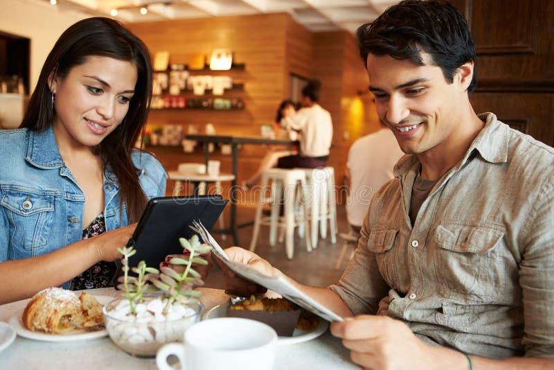 Reunião dos pares no restaurante ocupado do café foto de stock royalty free