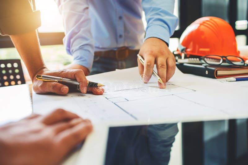 Reunião dos trabalhos de equipa da engenharia de arquitetura no local de trabalho para planejar d fotos de stock