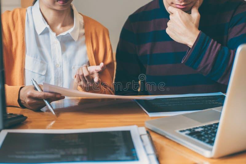Reunião e brai de cooperação profissionais do programador de desenvolvimento fotografia de stock