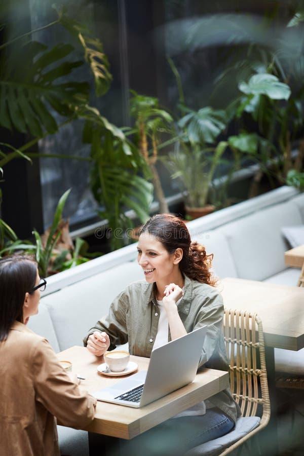 Reunião informal no café fotografia de stock royalty free