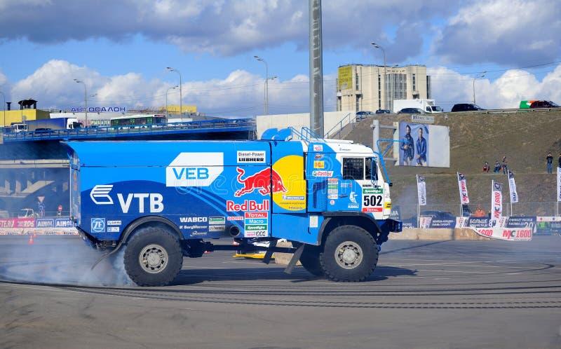 A reunião Kamaz do caminhão do russo executa a tração imagens de stock royalty free