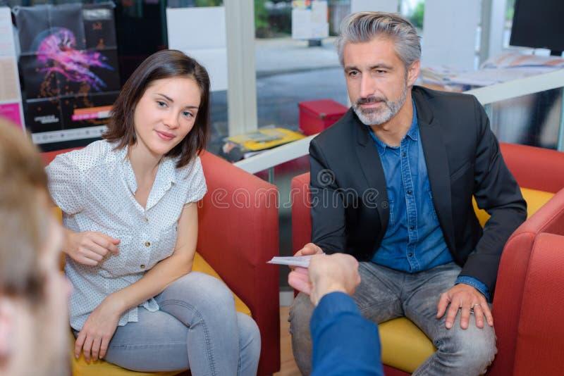 Reunião ocasional no local de trabalho imagem de stock royalty free