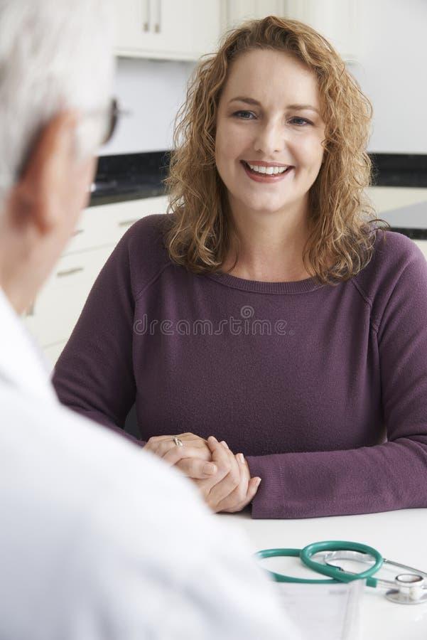 Reunião positiva da mulher do tamanho com doutor In Surgery imagens de stock