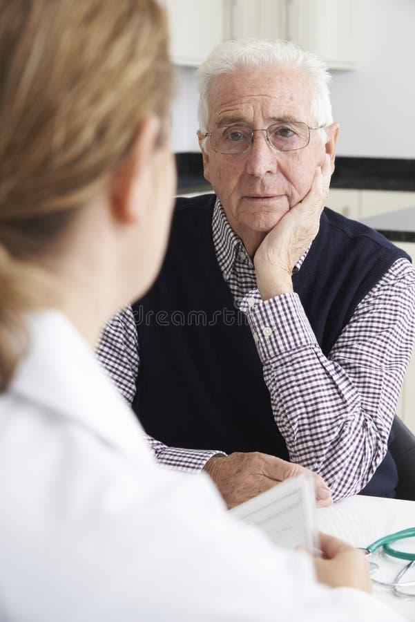 Reunião preocupada do homem superior com doutor In Surgery imagem de stock royalty free