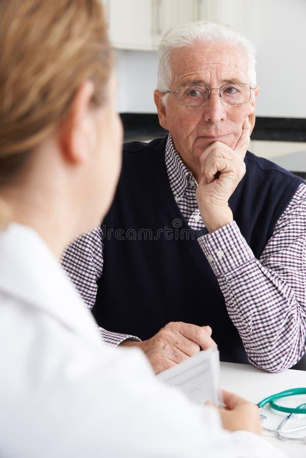 Reunião preocupada do homem superior com doutor In Surgery foto de stock