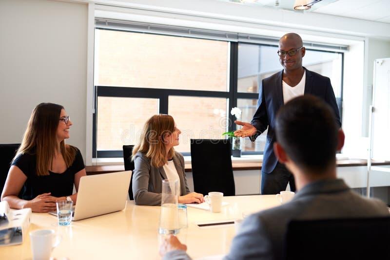 Reunião principal executiva masculina preta na sala de conferências imagem de stock royalty free